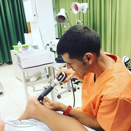 Aplicando tratamiento de Ondas de Choque en Policlínica Neurofisio